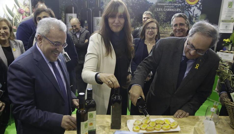 El president de la Generalitat, Quim Torra, i la consellera de Cultura, Laura Borràs, degustant un dels olis de la Fira de l'Oli.