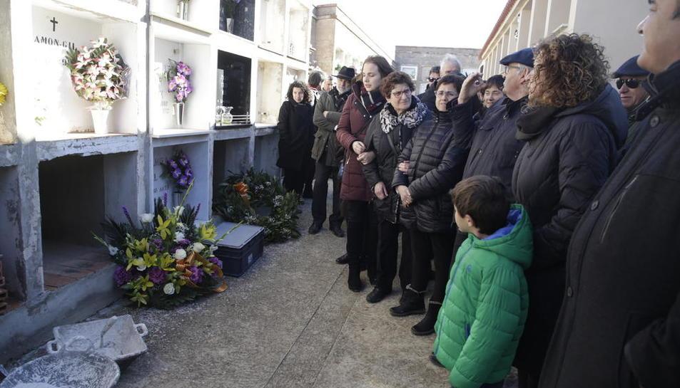 Un moment de l'enterrament ahir d'una de les víctimes. Les restes han estat recuperades a la fossa del Soleràs.