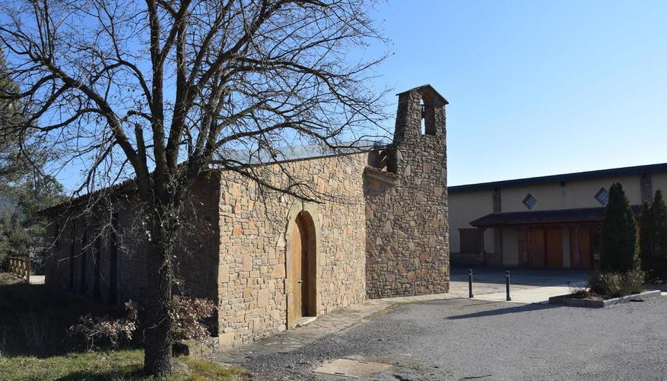 L'església i el local social d'Aguilar, en terra d'un particular que Bassella ha hagut d'expropiar.