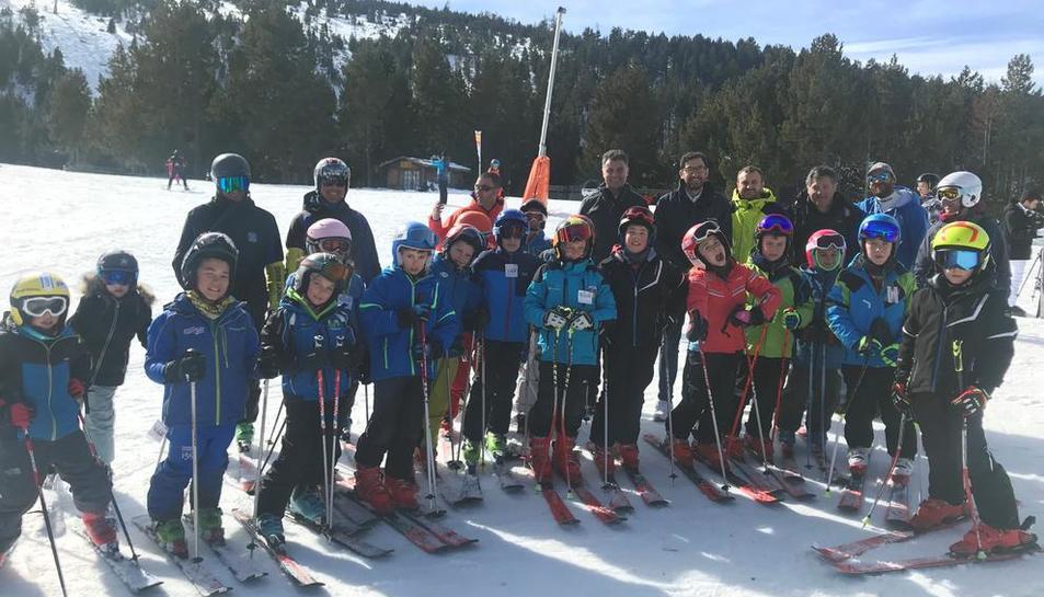 Veinticinco niños de la Escola La Closa d'Esterri ayer en Port Ainé, donde se presentó la campaña.