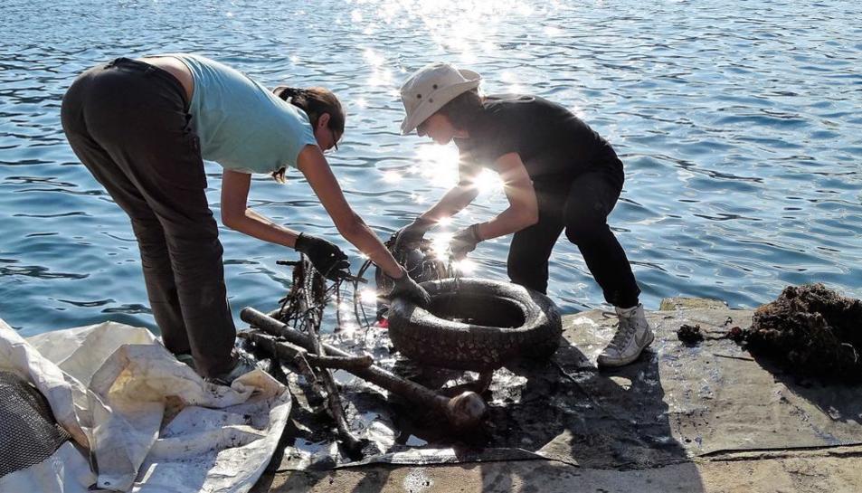 Una mostra del residu plàstic a les costes de Grècia.