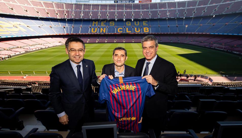 El president Josep Maria Bartomeu, Ernesto Valverde i el vicepresident Jordi Mestre després de l'acord.