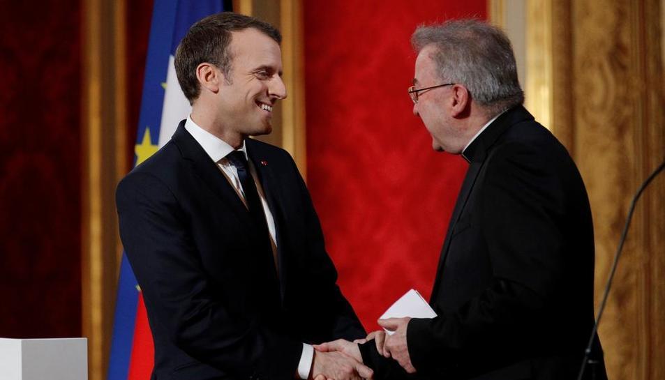 Luigi Ventura saludant el president de França, Macron.