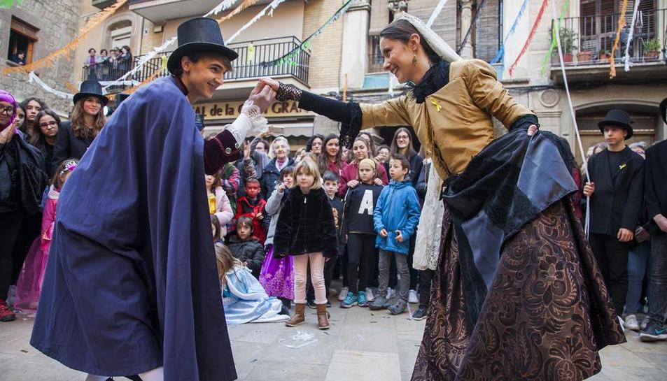 El Bonic y la Bonica escenificando el tradicional 'ball pla' en la plaza del Pati antes de dar inicio a la rúa.