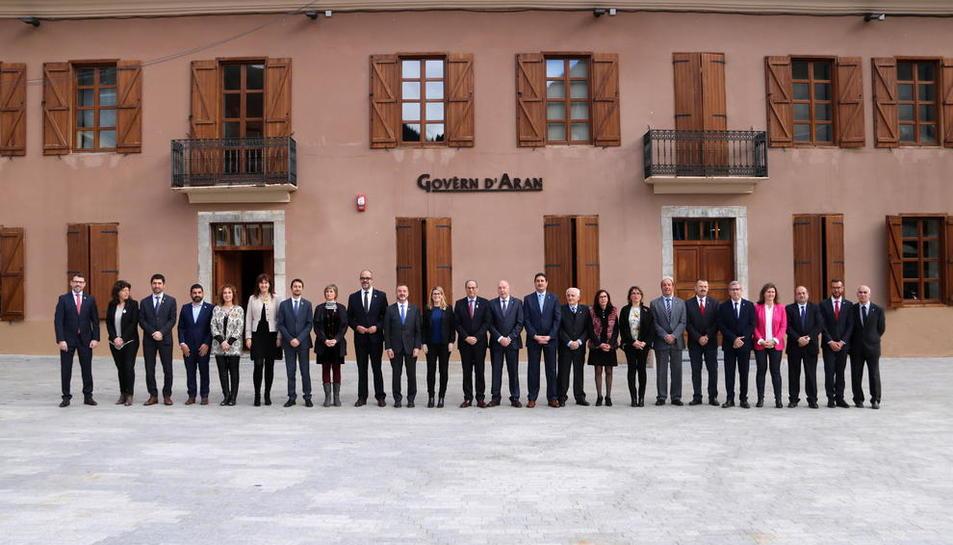 Miembros del Conselh y de la Generalitat ayer, ante la sede del Conselh Generau.