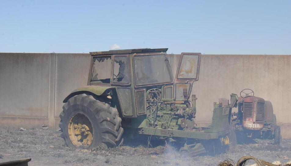 Estado en el que quedaron dos tractores en el fuego del domingo.