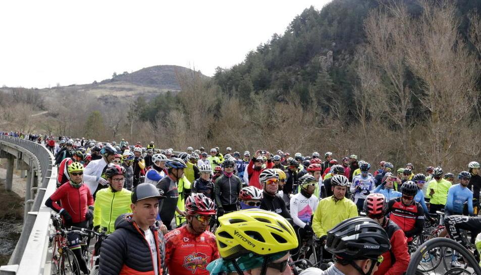 Vista dels ciclistes que es van congregar ahir al lloc on van atropellar-ne un a l'N-260.