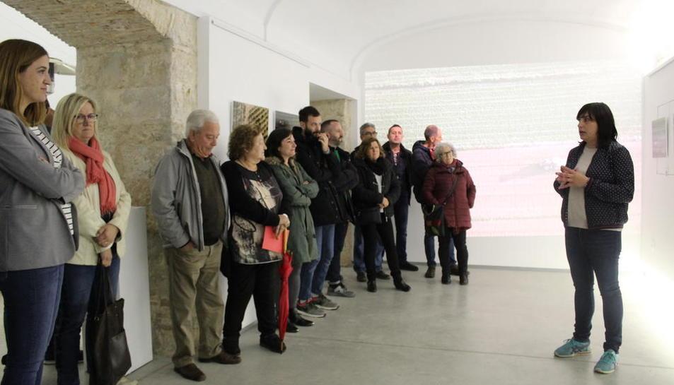 L'artista Sara Boldú (dreta) va inaugurar l'exposició.