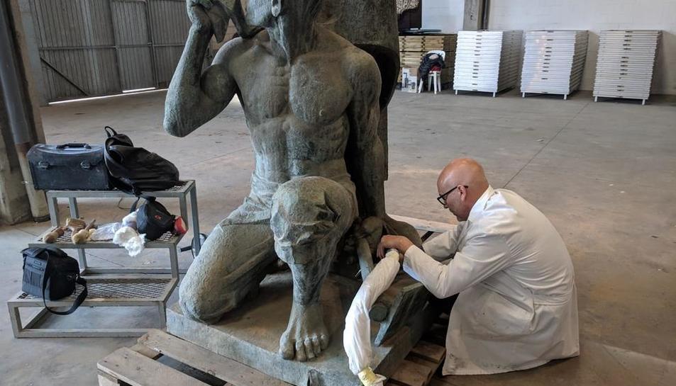 El restaurador Ramon Solé va començar ahir la neteja de l'escultura que lluirà a la Biennal de Venècia.