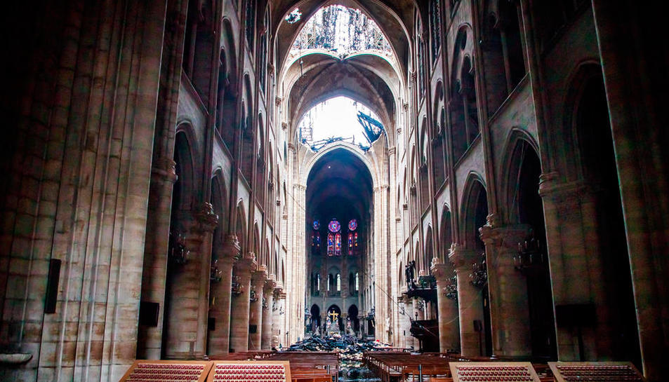 Interior de la catedral de París després del devastador incendi.