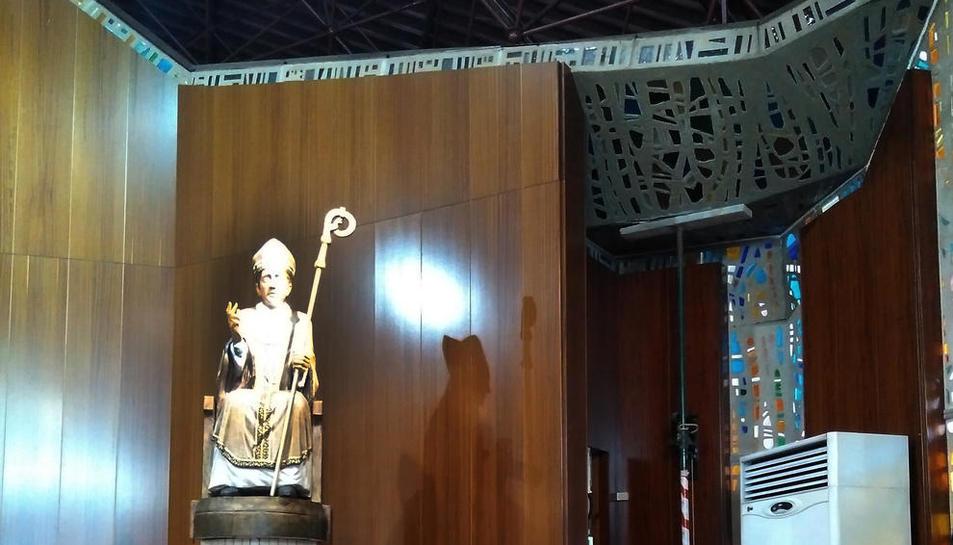 A la dreta, el puntal que sosté la secció del sostre just a sobre de la porta de la sagristia.