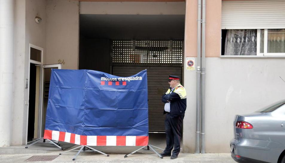 Pla general del pis on va tenir lloc ahir el crim d'Olot, custodiat per un mosso.