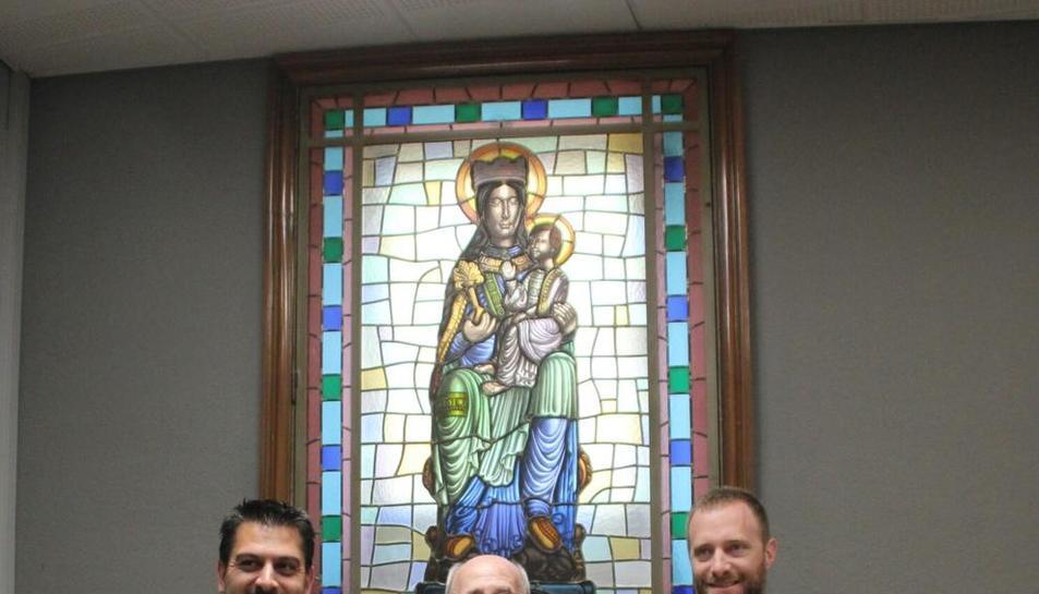 Besora (centre), davant el vitrall amb responsables de CaixaBank.