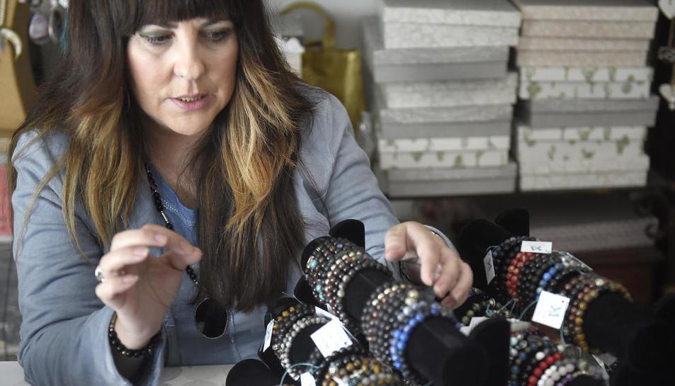 Els minerals. L'Anna utilitza aquí pedres semiprecioses, minerals com howlita i grans de llautó marroquí.