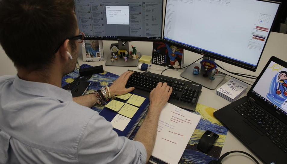 Un trabajador de GFT, trabajando desde un despacho en su domicilio.