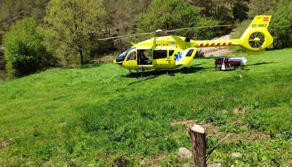 Imatge de l'helicòpter del SEM que va evacuar el motorista ferit, que va morir a l'hospital de Berga.