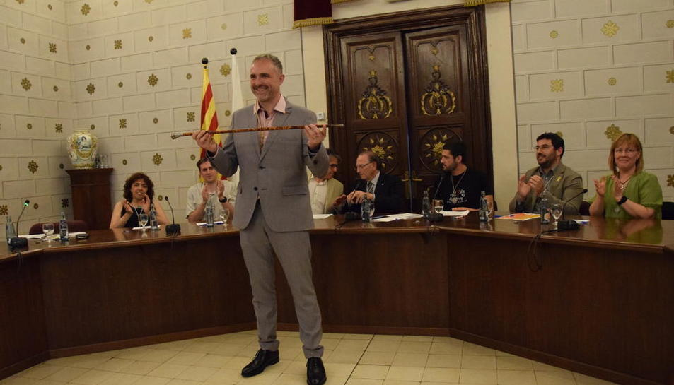 Jordi Fàbrega, de Junts per la Seu, amb la vara d'alcalde després d'assumir ahir el càrrec.