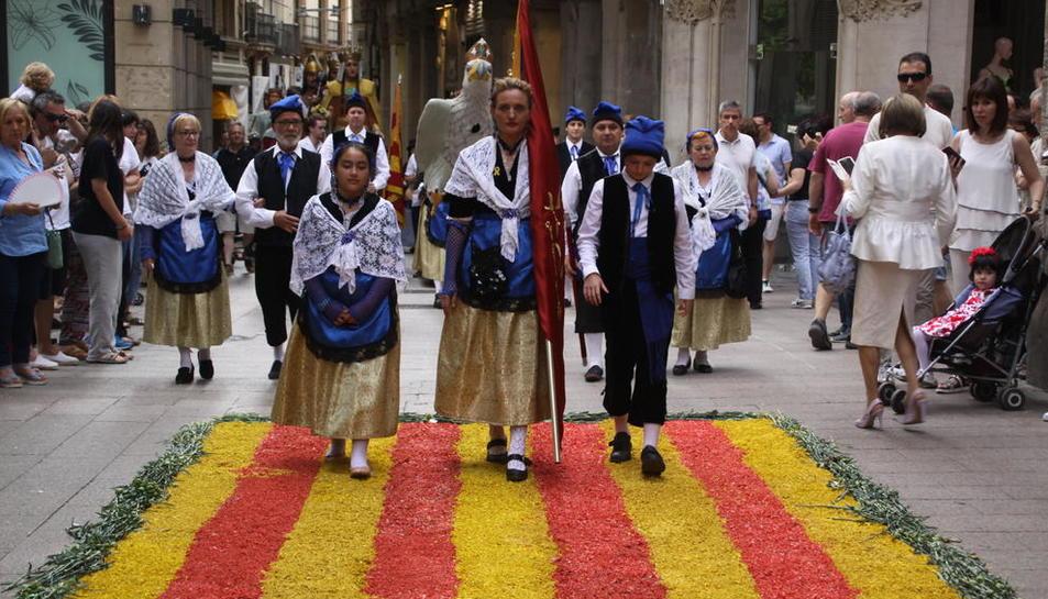 La comitiva del Corpus que va recórrer el decorat Eix Comercial, amb l'Àliga de Lleida al fons.