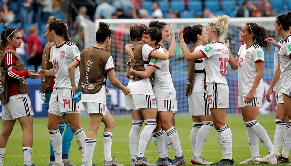 Les jugadores d'Espanya es feliciten al final del partit pel pas a vuitens al Mundial.