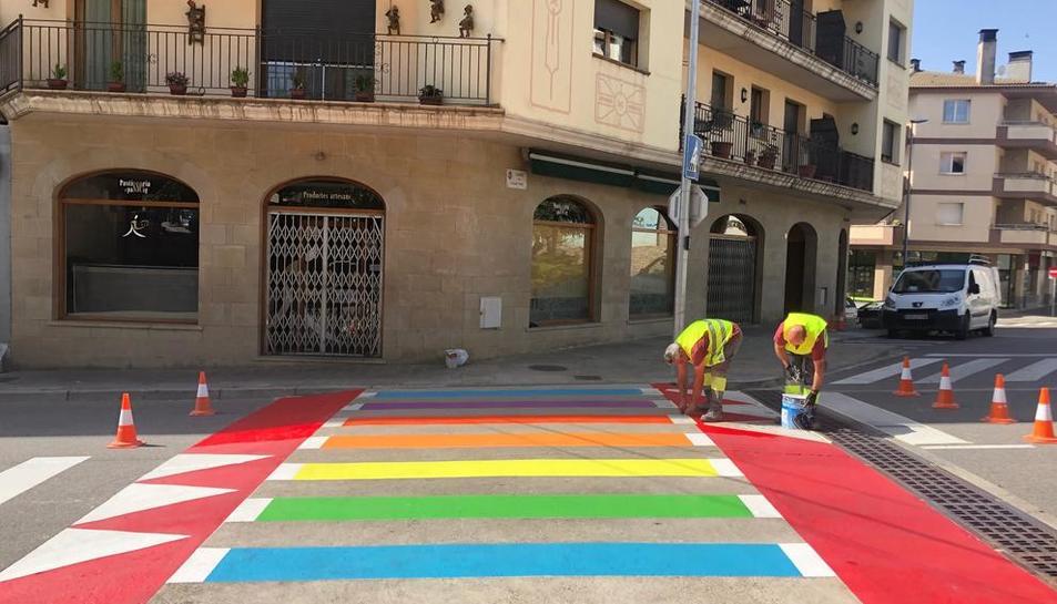 Cuatro pasos de cebra irisados en favor del colectivo LGBTI en Solsona