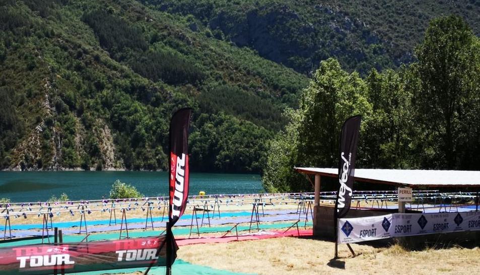 Los preparativos para el triatlón de El Pont, que se celebra hoy.
