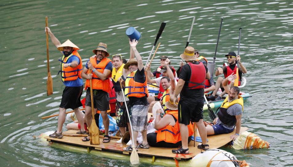 Dos mil personas i 247 barcas en una Transsegre imaginativa