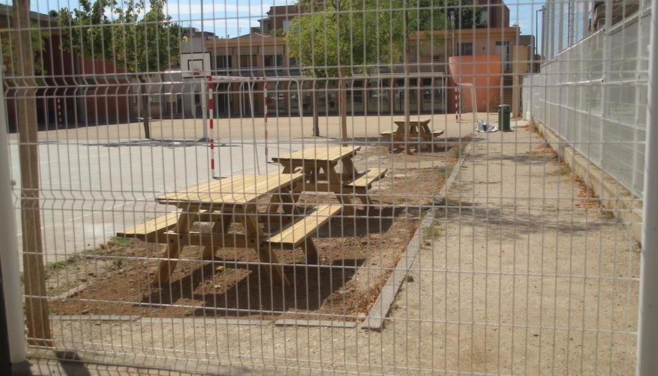 La Paeria instala por fin las mesas de picnic en la escuela Joan Maragall