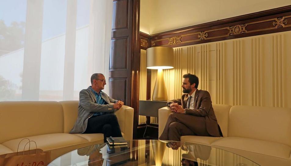 Pueyo y Torrent se reunieron ayer en el Parlament.