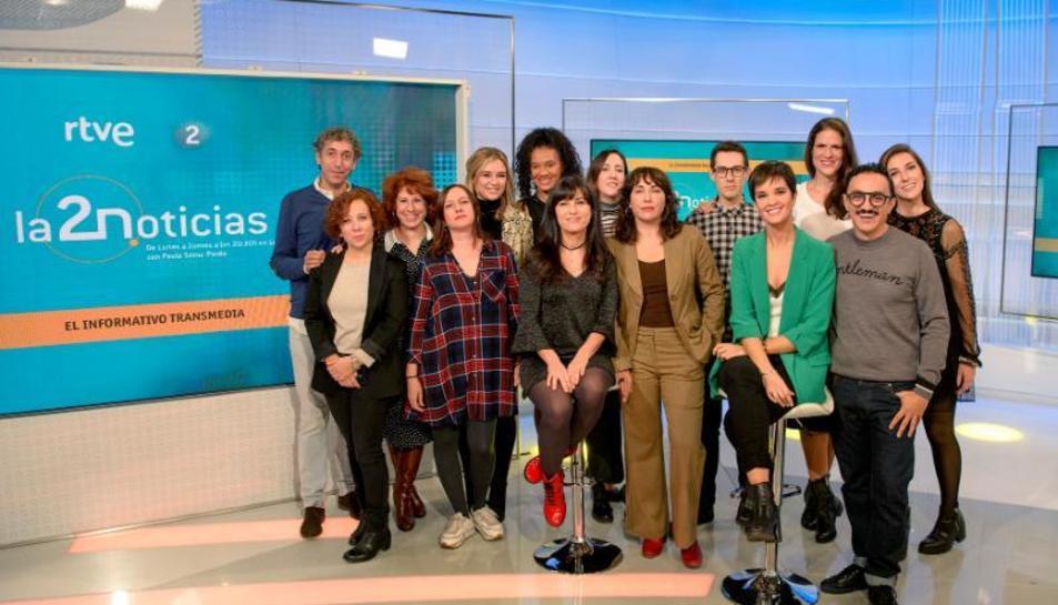Julia Sáinz Pardo (de verde) y el equipo de 'La 2 Noticias'.
