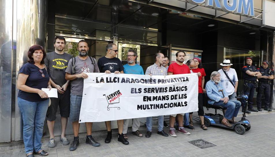 Els manifestants, davant la delegació de la Generalitat a Lleida, ahir.
