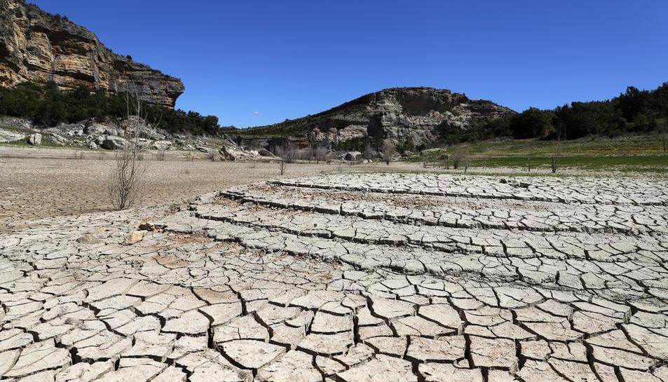 La cua del pantà de Canelles abans d'entrar al congost de Mont-rebei, totalment seca per la falta de precipitacions.