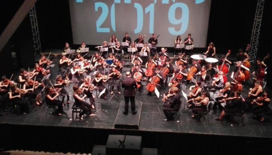 El italiano Riccardo Frizza, en el centro, dirigió el primer concierto de la Aims Festival Orquestra.