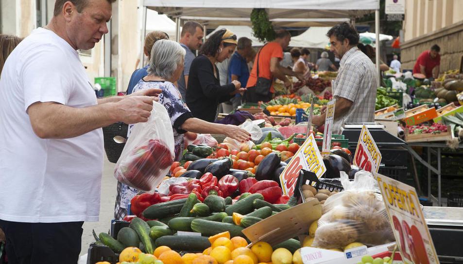 El mercat setmanal de Guissona, que es va celebrar ahir.
