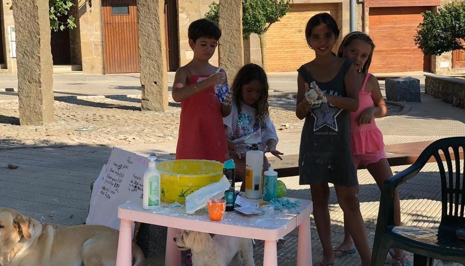 Imatge d'un grup de nenes jugant ahir en una plaça de Tiurana.
