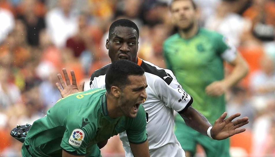 Mikel Merino cau després de l'entrada de Geoffrey Kondogbia.
