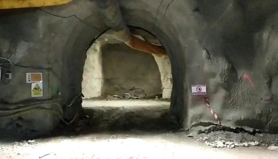 El acceso a la galería lateral (arriba izquierda) desde la principal (arriba derecha). Abajo, segmentos de la galería de evacuación parada.