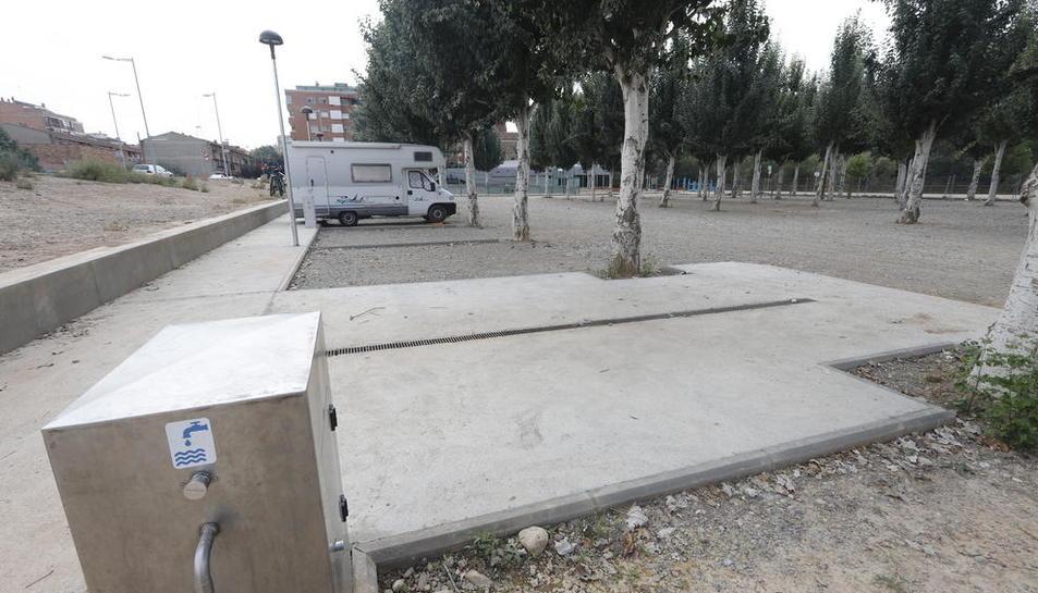 Autocaravanas estacionadas en el área de servicios de Balaguer.