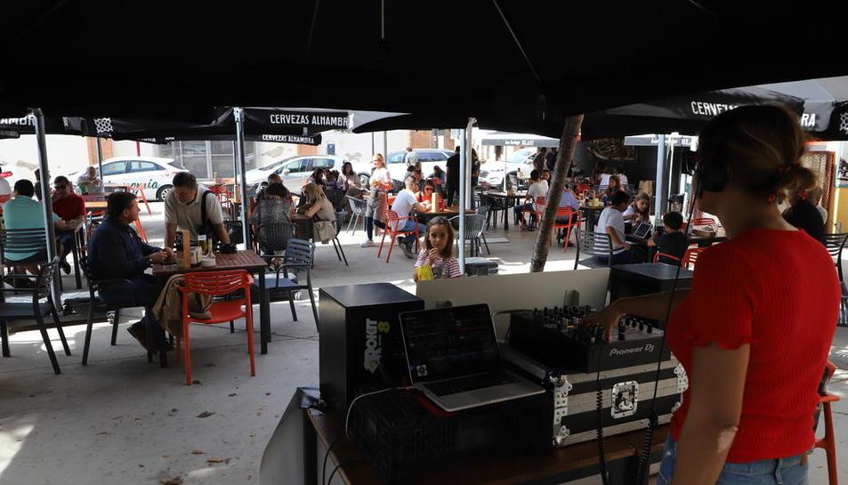 La leridana Naio Decler se encargó de inaugurar el festival con una sesión matinal en el Bar Blasi.