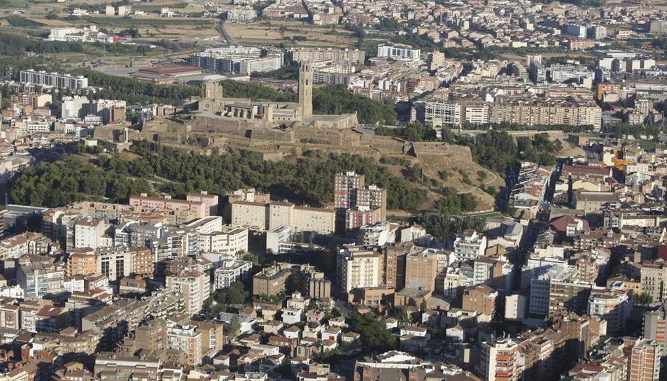 Vista àrea de Lleida ciutat, amb la Seu Vella al fons.