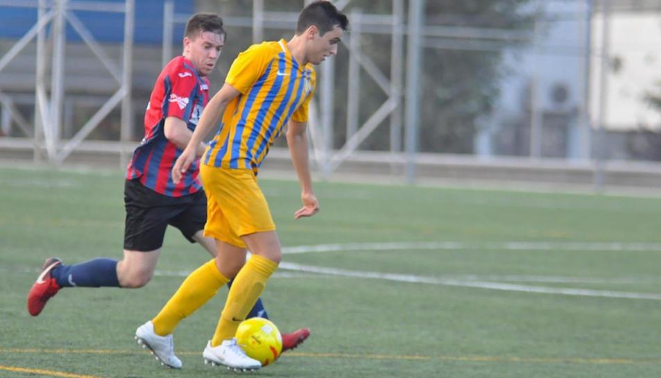 Enríquez trata de robar el balón a un jugador del Atlètic Sant Just, ayer durante el partido.