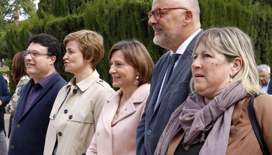 Los miembros de la Mesa Forcadell, Corominas, Simó, Nuet y Barrufet, en las puertas del Parlament.