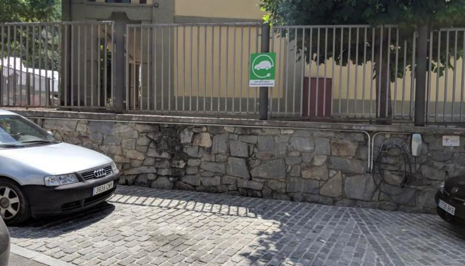El punt de recàrrega de Tesla instal·lat al carrer Mola d'Arties.