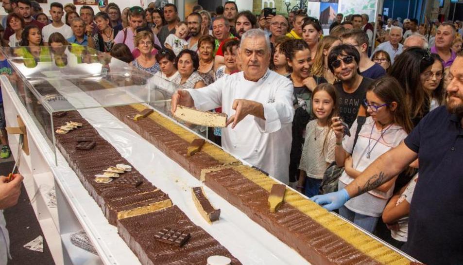 Àngel Velasco va repartir entre el públic dos barres gegants de torró de 8 metres i 300 quilos cadascuna.