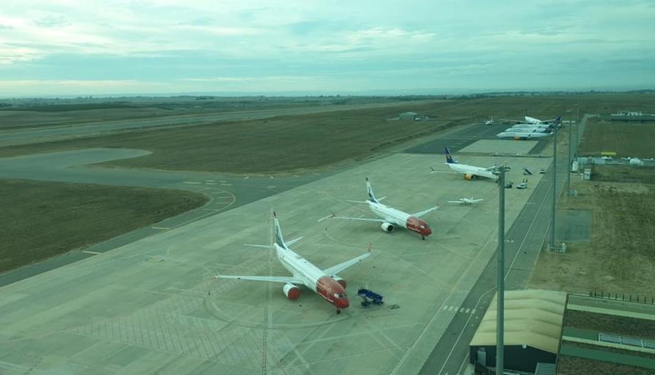 Els set avions de Norwegian i Icelandair estacionats a la plataforma de l'aeroport d'Alguaire.