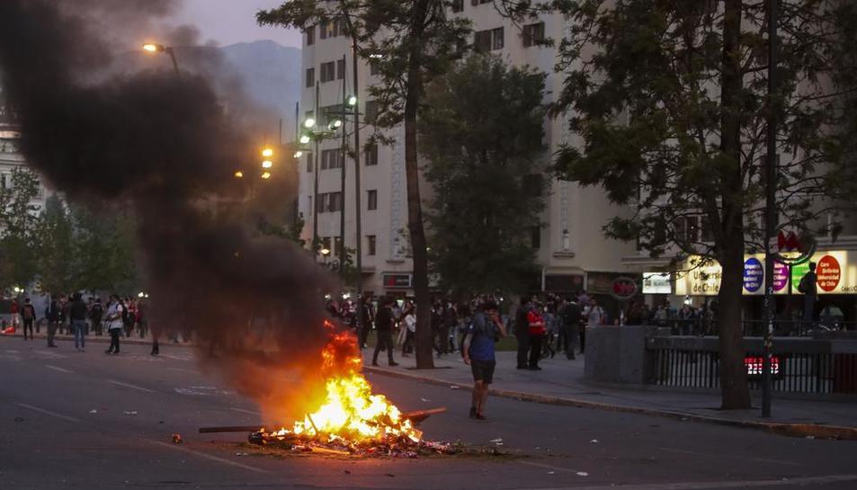 Manifestants calen foc a una barricada en el marc de les protestes.