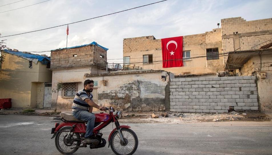 Un civil circula al nord de Síria, controlat pels turcs.