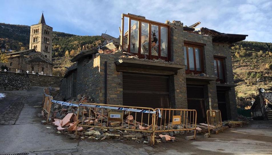 Imagen del derribo de los garajes que se han conservado de las cuatro viviendas en litigio de Son.