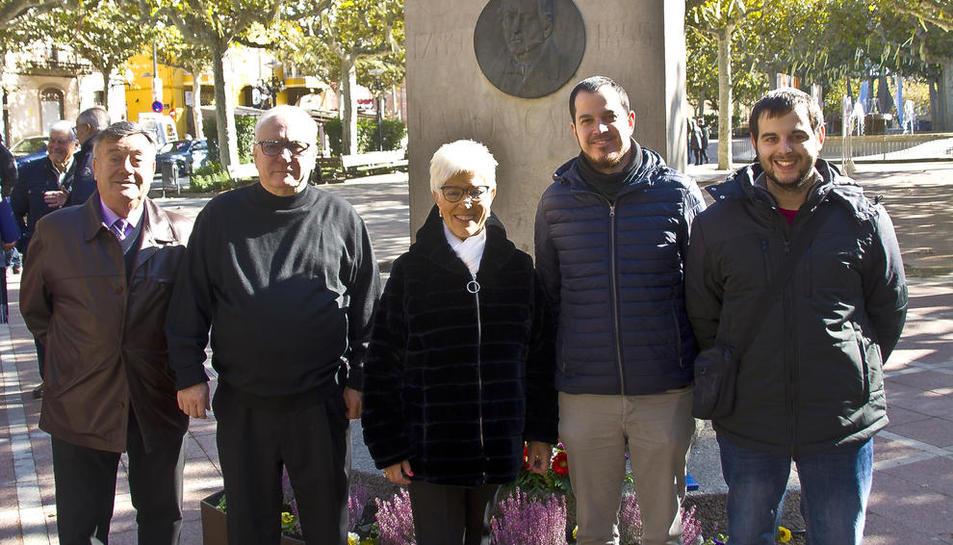 El coro dejó una ofrenda floral en el monumento a Ramon Carnicer.