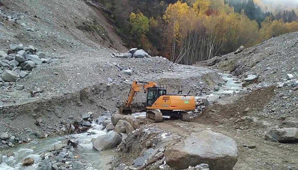 Els treballs se centren ara en la construcció d'una escullera al marge dret del Valarties.