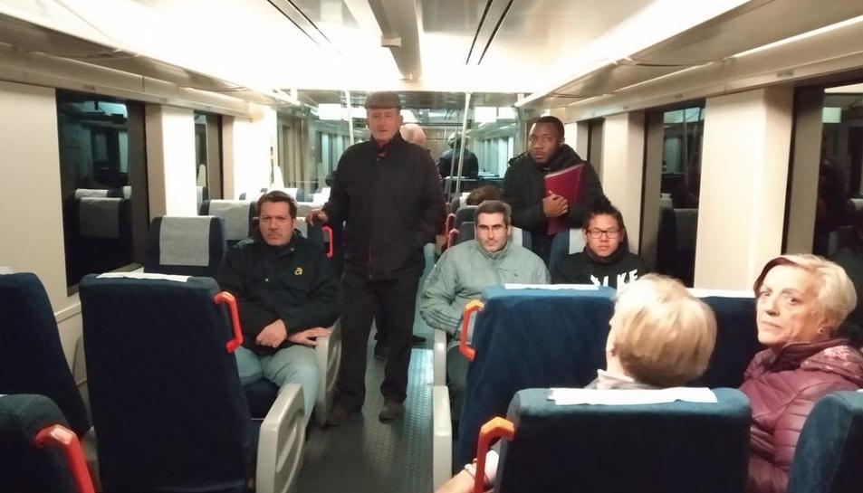 Alguns dels viatgers que van estar atrapats quatre hores al tren entre Picamoixons i Alcover.